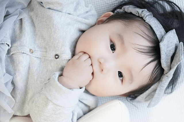 赤ちゃんが手を突っ込んで吐くのはよくある!?指入れて吐くのが心配なら